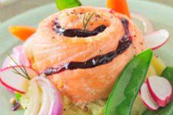 Roti de saumon, confiture de cassis sur un lit d'oignons