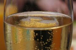 Verre de champagne dans une main, rapporteur dans l'autre