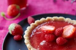 Recette : Tartelettes aux framboises et aux pralines roses, confiture de fraises / fraises des bois