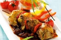 Recette : Brochettes de pintade grillées au poivron et basilic