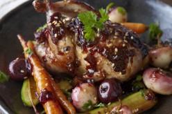 Recette de fête : cailles laquées et confiture de cerises noires
