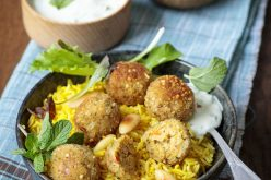 Recette : accompagner des boulettes de légumes (riz jaune et sauce raïta)