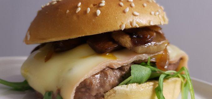 Un burger montagnard avec 3 nouveaux produits (Charal, La Fournée Dorée, RichesMonts)