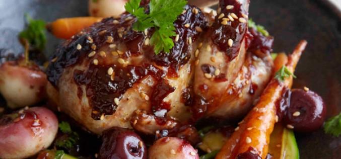 Recette : Cailles laquées à la confiture de cerises noires, petits légumes rôtis